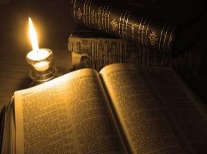 Libro antiguo y vela 1